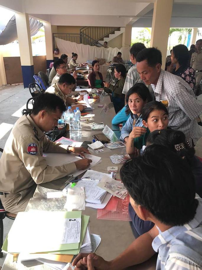 Trao hơn 100 thẻ vàng cho bà con người Campuchia gốc Việt - Ảnh 4.
