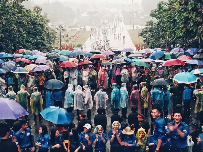 Cận cảnh lực lượng an ninh lễ hội Đền Hùng làm việc dưới mưa xối xả - Ảnh 19.