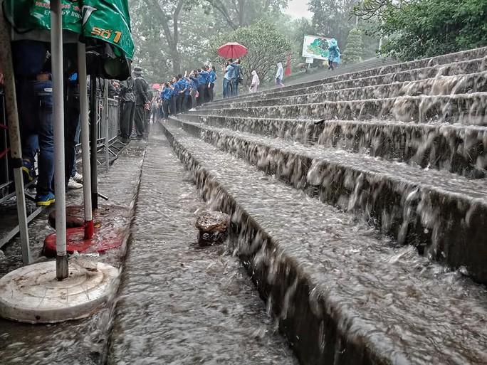 Cận cảnh lực lượng an ninh lễ hội Đền Hùng làm việc dưới mưa xối xả - Ảnh 5.