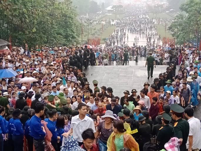 Cận cảnh lực lượng an ninh lễ hội Đền Hùng làm việc dưới mưa xối xả - Ảnh 23.