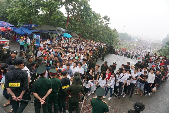 Cận cảnh lực lượng an ninh lễ hội Đền Hùng làm việc dưới mưa xối xả - Ảnh 21.