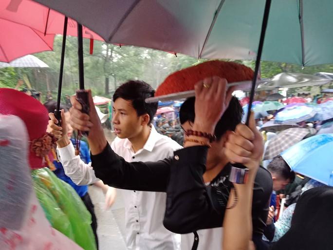 Cận cảnh lực lượng an ninh lễ hội Đền Hùng làm việc dưới mưa xối xả - Ảnh 11.
