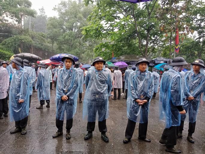 Cận cảnh lực lượng an ninh lễ hội Đền Hùng làm việc dưới mưa xối xả - Ảnh 14.