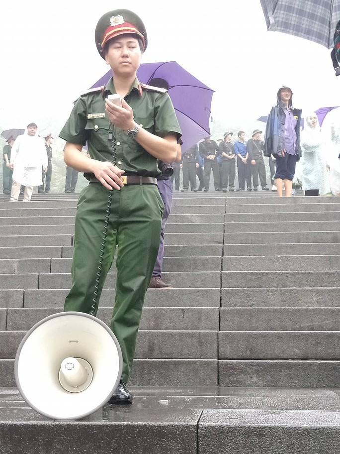Cận cảnh lực lượng an ninh lễ hội Đền Hùng làm việc dưới mưa xối xả - Ảnh 6.