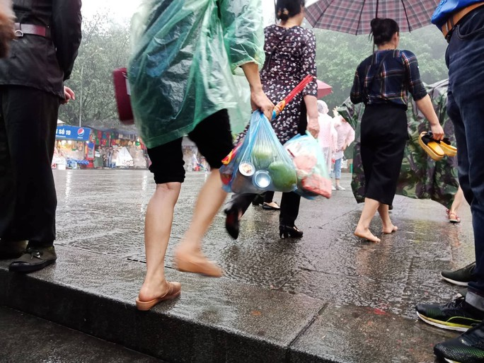 Cận cảnh lực lượng an ninh lễ hội Đền Hùng làm việc dưới mưa xối xả - Ảnh 18.