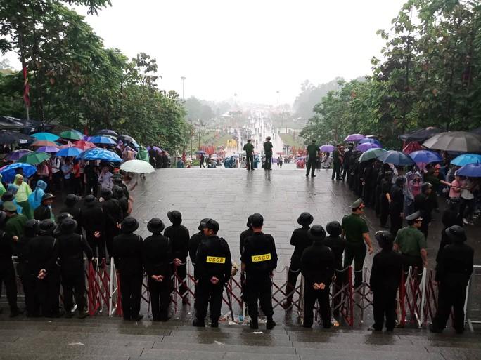 Cận cảnh lực lượng an ninh lễ hội Đền Hùng làm việc dưới mưa xối xả - Ảnh 4.