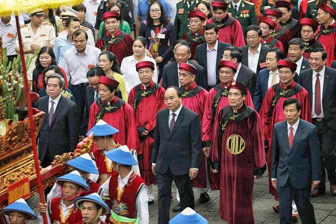 Thủ tướng Nguyễn Xuân Phúc  dâng hương tại Đền Hùng dưới mưa - Ảnh 1.