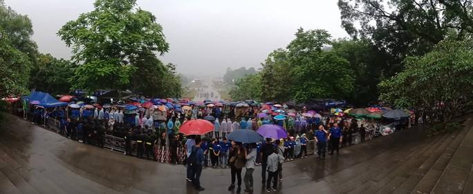 Thủ tướng Nguyễn Xuân Phúc  dâng hương tại Đền Hùng dưới mưa - Ảnh 11.