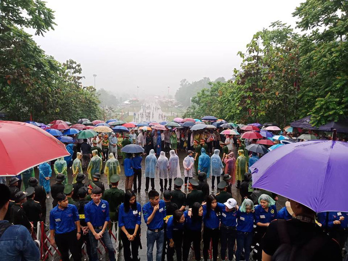 Thủ tướng Nguyễn Xuân Phúc  dâng hương tại Đền Hùng dưới mưa - Ảnh 13.