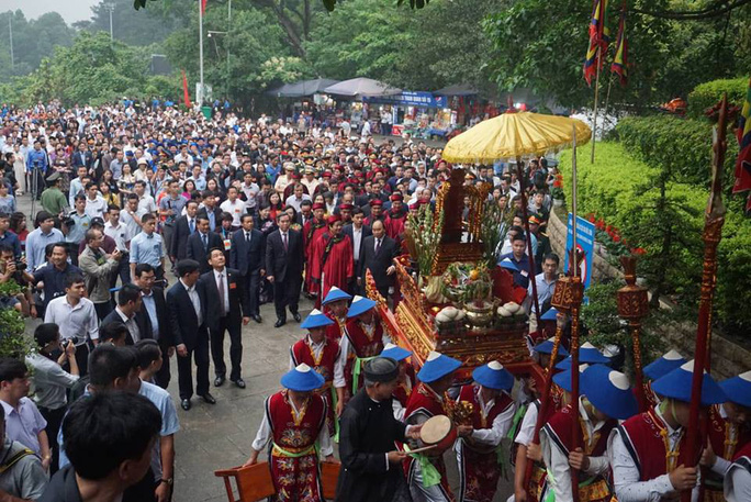 Thủ tướng Nguyễn Xuân Phúc  dâng hương tại Đền Hùng dưới mưa - Ảnh 6.