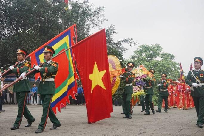 Thủ tướng Nguyễn Xuân Phúc  dâng hương tại Đền Hùng dưới mưa - Ảnh 3.