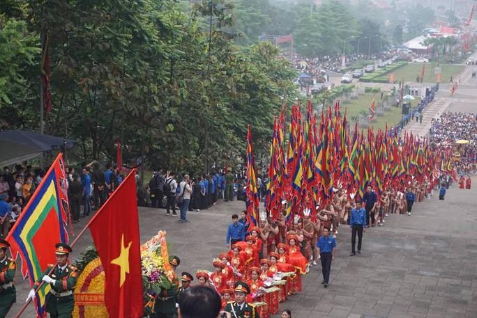Thủ tướng Nguyễn Xuân Phúc  dâng hương tại Đền Hùng dưới mưa - Ảnh 8.