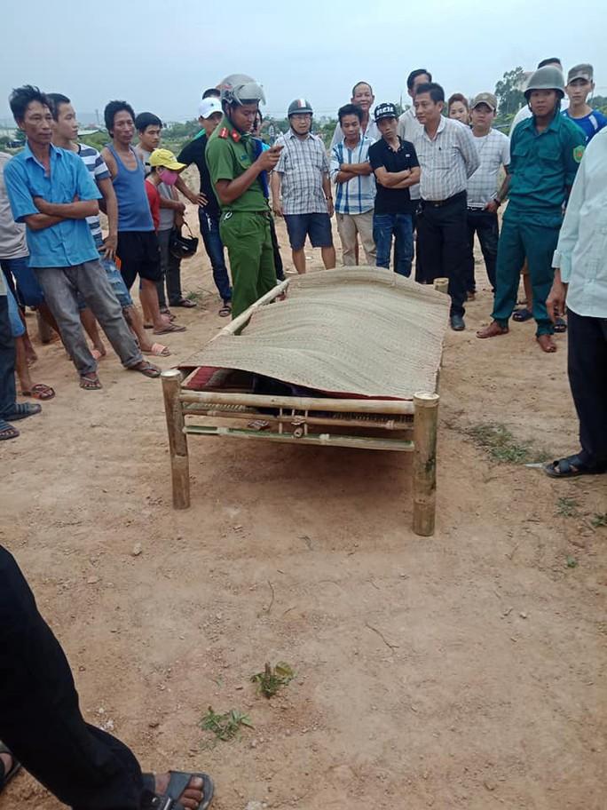 Phát hiện thi thể nam thanh niên nghi treo cổ tự tử cạnh bờ hồ - Ảnh 1.