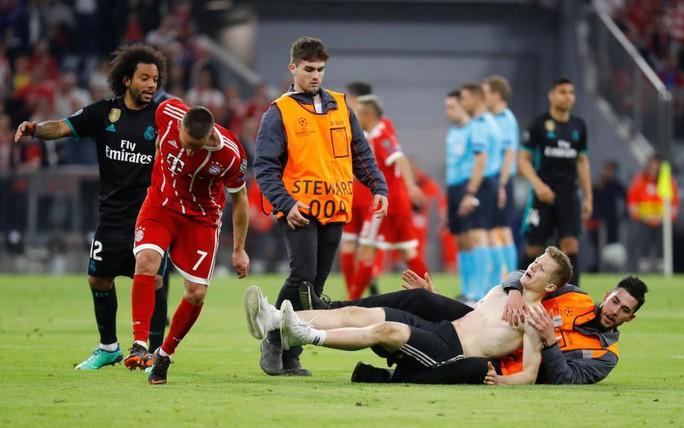 Ronaldo, Ribery bị fan cuồng tấn công - Ảnh 12.