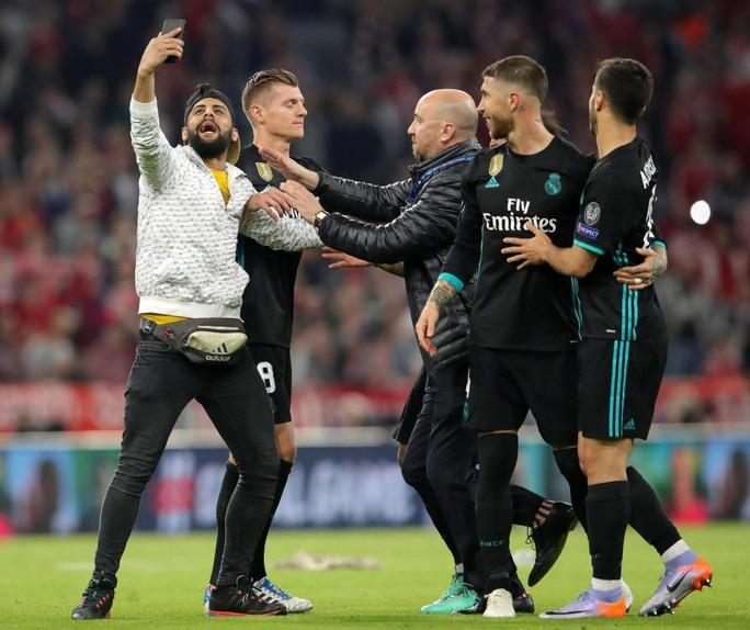 Ronaldo, Ribery bị fan cuồng tấn công - Ảnh 3.