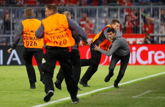 Ronaldo, Ribery bị fan cuồng tấn công - Ảnh 8.