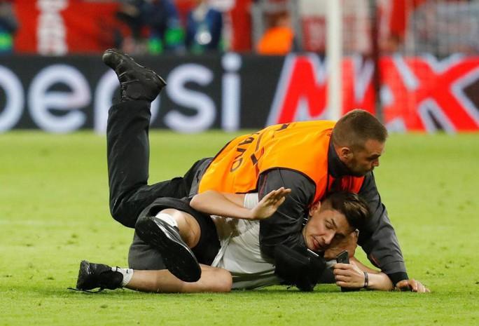 Ronaldo, Ribery bị fan cuồng tấn công - Ảnh 9.