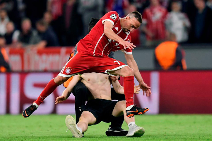 Ronaldo, Ribery bị fan cuồng tấn công - Ảnh 7.