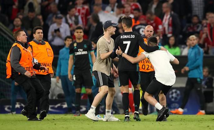 Ronaldo, Ribery bị fan cuồng tấn công - Ảnh 2.