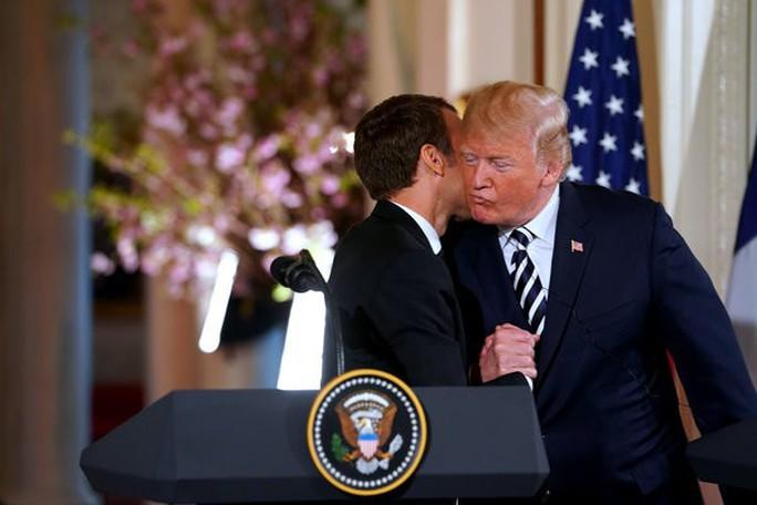 Tổng thống Pháp-Mỹ: Hôn má, siết tay, khen ngợi và phủi gàu - Ảnh 2.