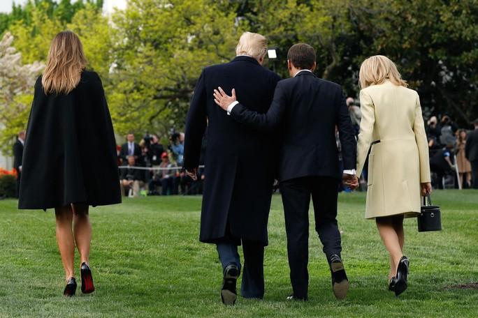 Tổng thống Pháp-Mỹ: Hôn má, siết tay, khen ngợi và phủi gàu - Ảnh 6.