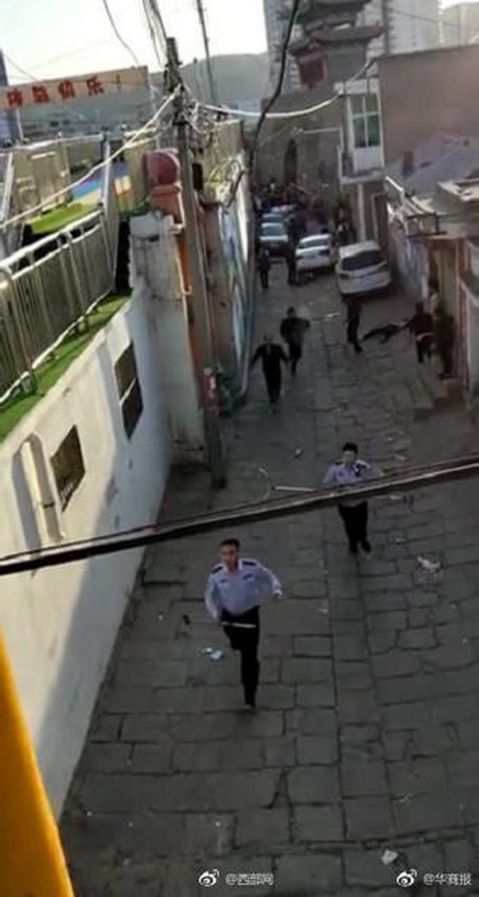 Đâm chém ngoài trường học, 19 người thương vong - Ảnh 2.
