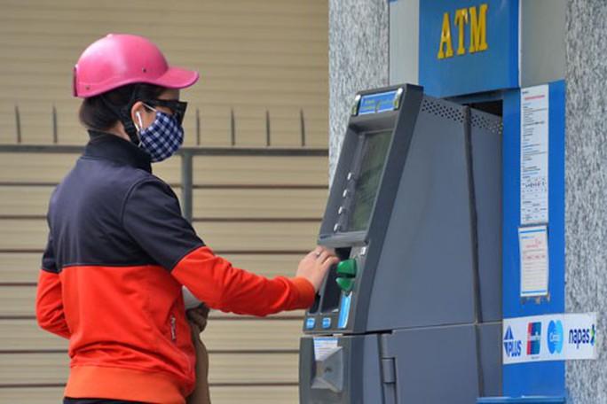 Tránh bị đánh cắp thông tin thẻ ATM - Ảnh 1.