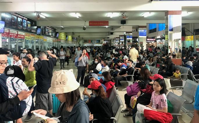 TP HCM: Dòng người nghỉ lễ ùn ùn đổ dồn về bến xe, sân bay - Ảnh 1.