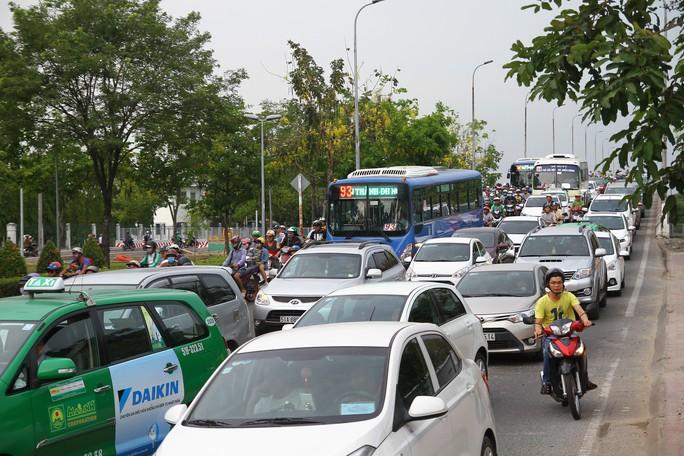 TP HCM: Dòng người nghỉ lễ ùn ùn đổ dồn về bến xe, sân bay - Ảnh 2.
