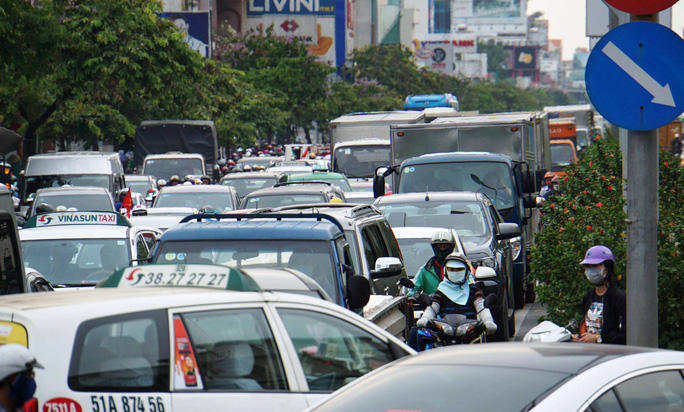 TP HCM: Dòng người nghỉ lễ ùn ùn đổ dồn về bến xe, sân bay - Ảnh 5.