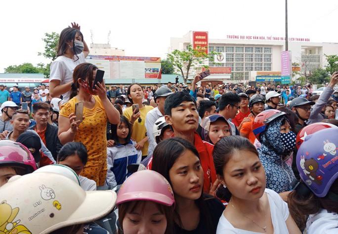"""Hàng trăm người dân vây kín ngôi nhà nghi tụ điểm """"Hội Thánh Đức Chúa Trời Mẹ"""" - Ảnh 5."""