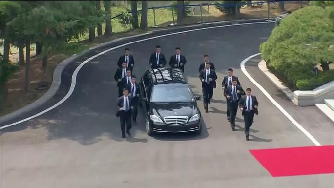 Dàn vệ sĩ bọc kín nhà lãnh đạo Kim Jong-un - Ảnh 1.