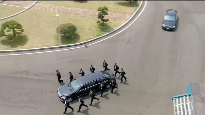 Dàn vệ sĩ bọc kín nhà lãnh đạo Kim Jong-un - Ảnh 3.