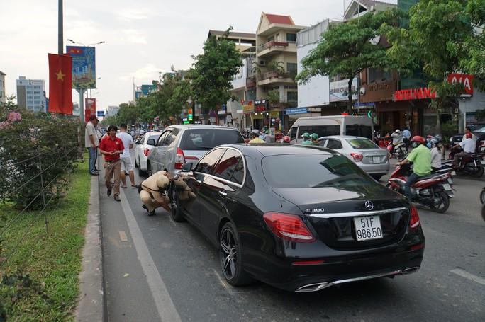 TP HCM: Dòng người nghỉ lễ ùn ùn đổ dồn về bến xe, sân bay - Ảnh 4.