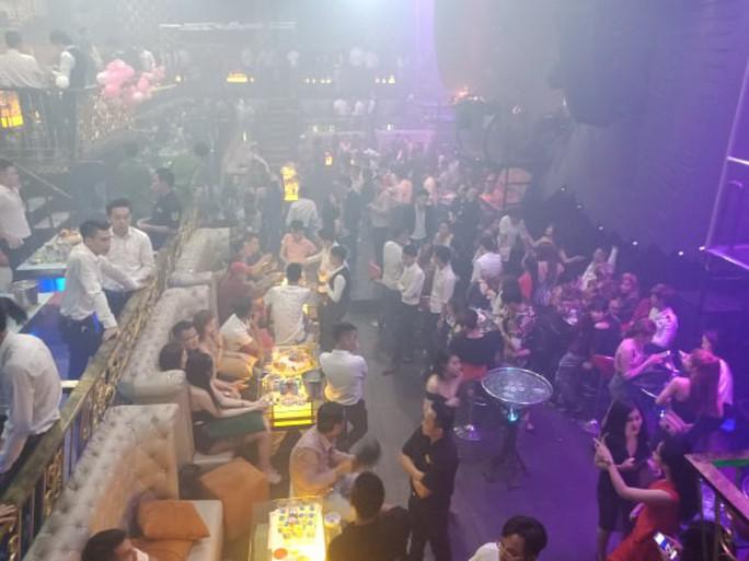Đột kích quán bar cho khách sử dụng ma túy ở trung tâm Sài Gòn - Ảnh 2.
