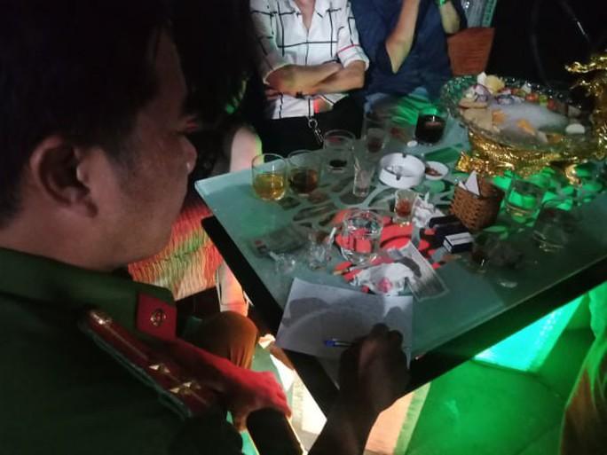 Đột kích quán bar cho khách sử dụng ma túy ở trung tâm Sài Gòn - Ảnh 3.