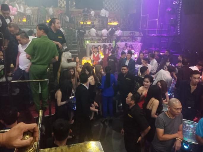 Đột kích quán bar cho khách sử dụng ma túy ở trung tâm Sài Gòn - Ảnh 1.