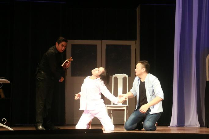 Khán giả ngất xỉu khi xem kịch kinh dị của sân khấu Hồng Vân - Ảnh 3.