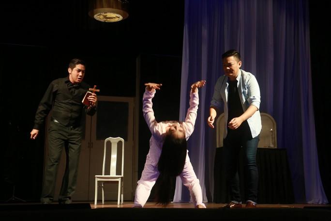 Khán giả ngất xỉu khi xem kịch kinh dị của sân khấu Hồng Vân - Ảnh 4.