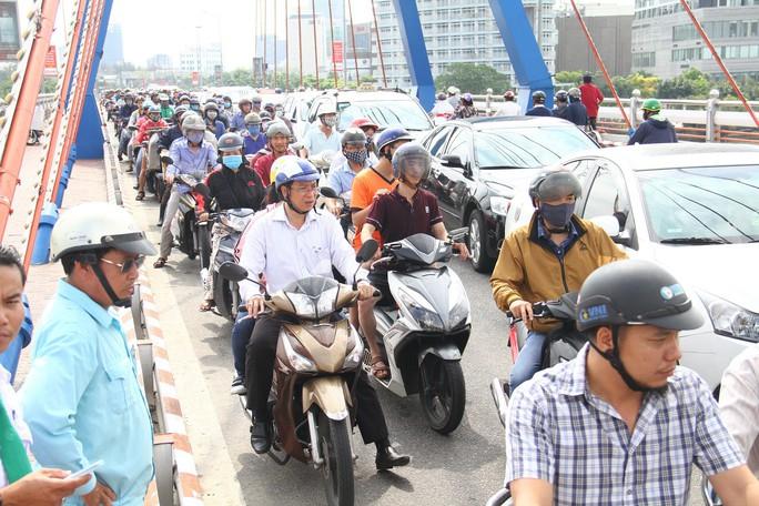 Taxi va chạm với xe máy, giao thông qua cầu Sông Hàn kẹt cứng - Ảnh 2.