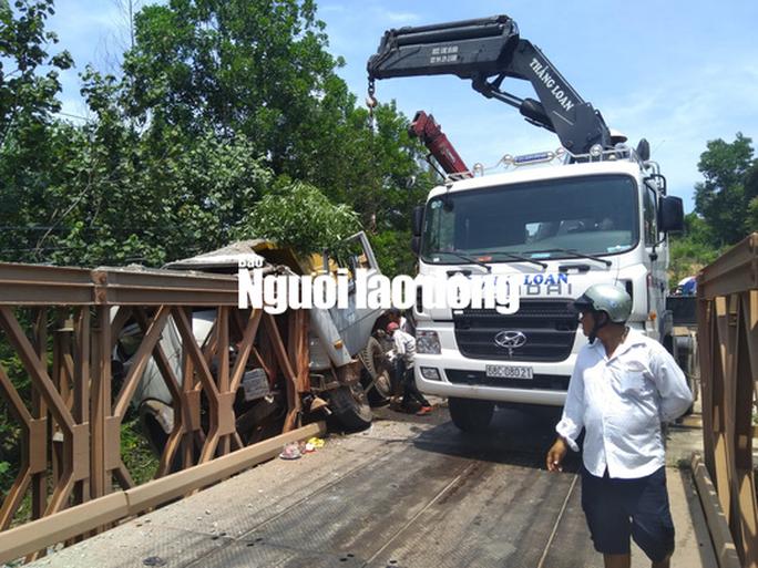 Xe tải đâm vào thành cầu ở Phú Quốc, tài xế chết thảm trong cabin - Ảnh 1.
