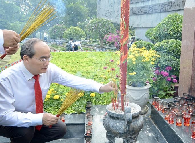 Lãnh đạo TP HCM dâng hương các anh hùng, liệt sĩ - Ảnh 3.