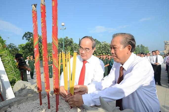 Lãnh đạo TP HCM dâng hương các anh hùng, liệt sĩ - Ảnh 2.