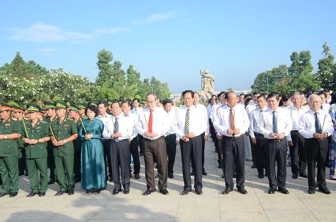 Lãnh đạo TP HCM dâng hương các anh hùng, liệt sĩ - Ảnh 1.