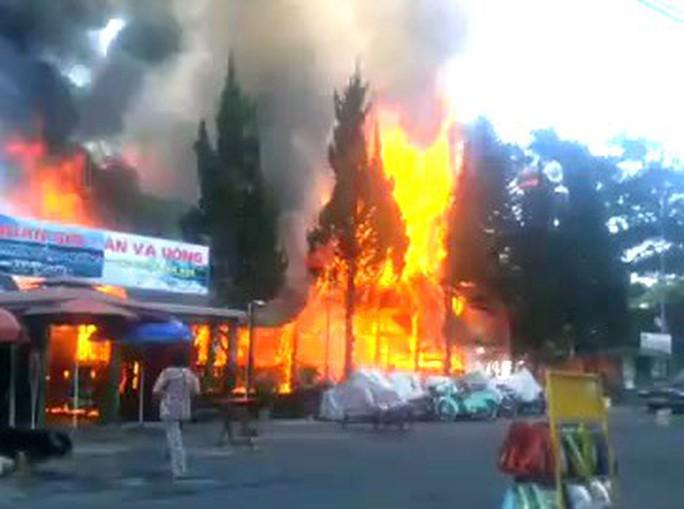 Cháy lớn tại khu du lịch hồ Tuyền Lâm, thiêu rụi quán cà phê xe cổ - Ảnh 3.