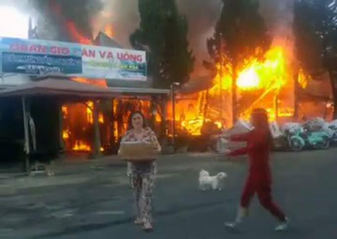 Cháy lớn tại khu du lịch hồ Tuyền Lâm, thiêu rụi quán cà phê xe cổ - Ảnh 2.