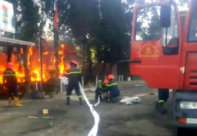 Cháy lớn tại khu du lịch hồ Tuyền Lâm, thiêu rụi quán cà phê xe cổ - Ảnh 4.