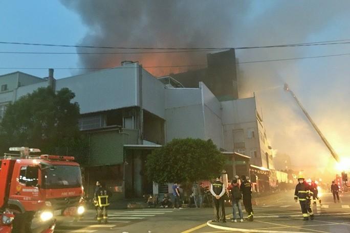 Cháy nhà máy Đài Loan có nhiều lao động Việt Nam, 5 lính cứu hỏa hi sinh  - Ảnh 1.