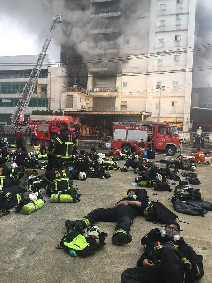 Cháy nhà máy Đài Loan có nhiều lao động Việt Nam, 5 lính cứu hỏa hi sinh  - Ảnh 2.