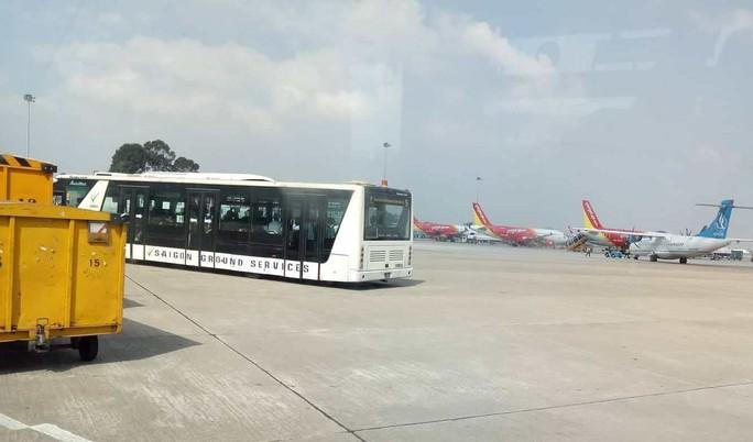 Xe buýt sân bay trôi vênh hàng rào ở Tân Sơn Nhất - Ảnh 1.